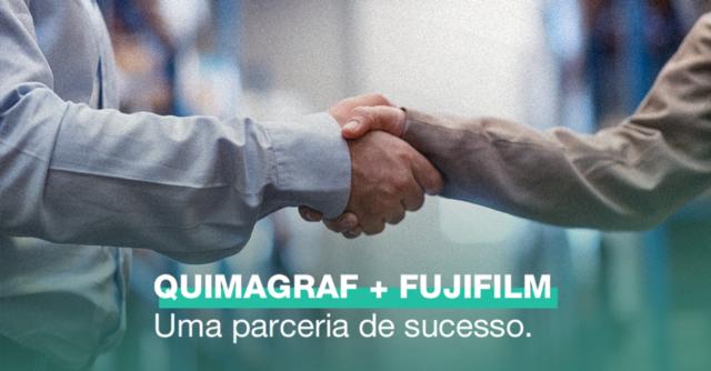distribuidora quimagraf químicos e chapas offset: Mãos dadas fechando negócio e descrição na imagem: Quimagraf + Fujifilm, uma parceria de sucesso